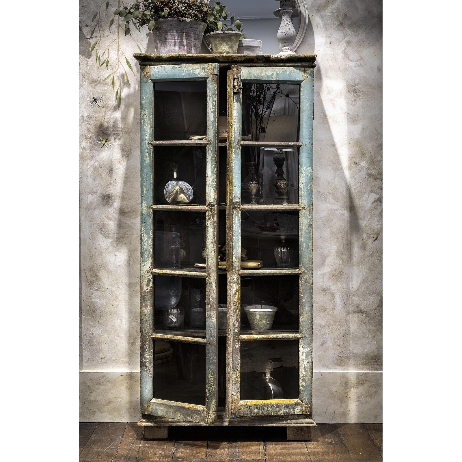 Mueble vitrina platero antiguo con decapado sandra for Mueble platero